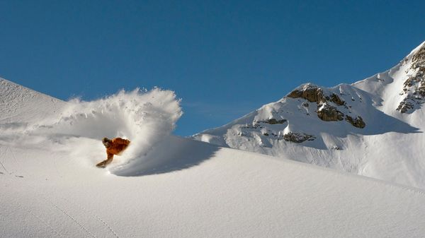 Un viaggio dal deserto alle vette innevate: sali sul van dello snowboarder Bryan Fox! [Video]