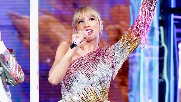 Tra poche ore Taylor Swift pubblicherà una canzone di Natale (con tanto di videoclip)