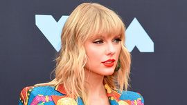 Taylor Swift, un divertente cambio look DIY: ciocche rosa e azzurre tra i suoi capelli biondi