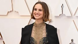 Natalie Portman sul suo mantello ricamati i nomi delle registe snobbate dagli Oscar 2020