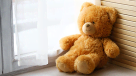Gli orsetti di peluche invadono le finestre, per continuare a sorridere durante #IoRestoACasa
