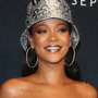 Con il suo eyeliner blu cobalto, Rihanna ha vinto il gioco del cat-eye autunno 2020