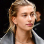 Unghie: Hailey Bieber e la manicure dark green, le nail must have dell'autunno 2020