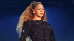 Beyoncé all'after party dei Grammy: l'abito da dea per celebrare le sue vittorie che fanno la storia
