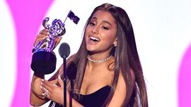 I look di Ariana Grande agli MTV VMAs raccontano l'evoluzione del suo stile