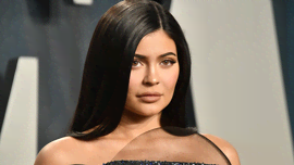 Kylie Jenner super sexy alla festa di compleanno di Cardi B: trucco e mini abito color pesca
