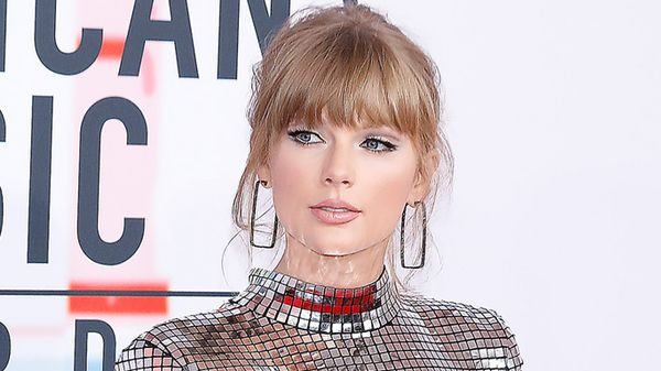 Taylor Swift: capelli, trucco e look tutto da sola per la performance gli ACM Awards 2020