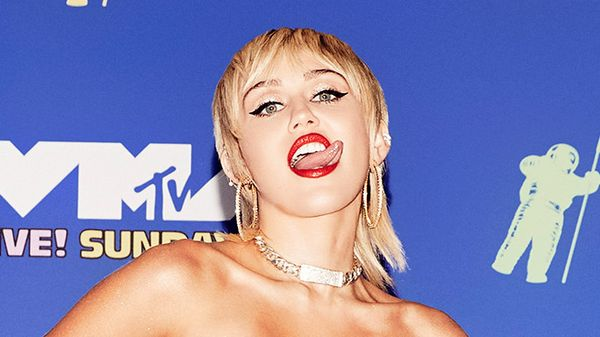 Miley Cyrus sul palco con un sexy body trasparente - il look è HOT come la performance