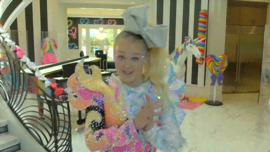 Visita la casa arcobaleno di JoJo Siwa con MTV Cribs International