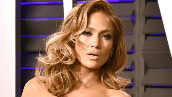 Jennifer Lopez con un look spettacolare a Venezia (anche se si è dimenticata di togliere l'etichetta)