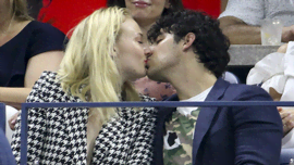 Joe Jonas ti farà sciogliere con il video in cui lui e Sophie Turner festeggiano l'anniversario di quando si sono incontrati